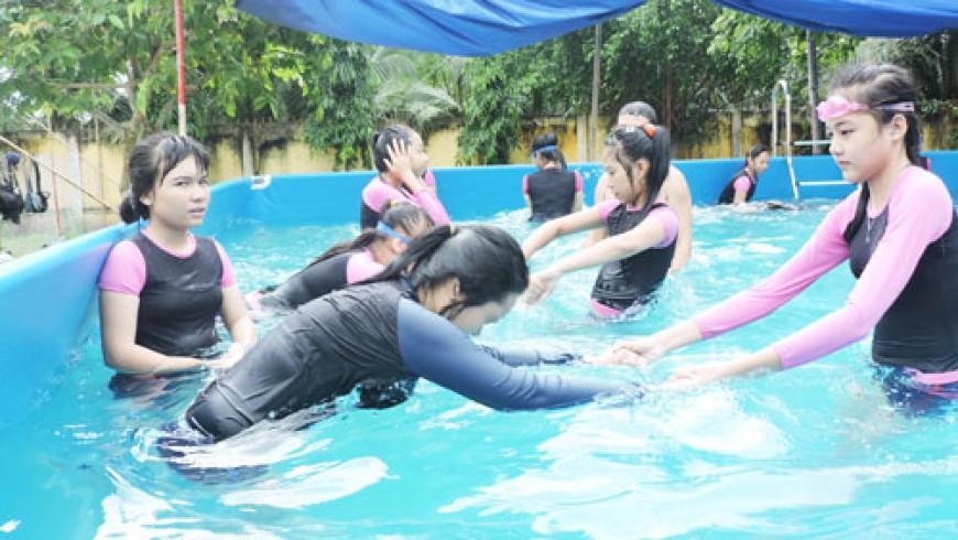 Bến Tre: Học sinh toàn trường phải biết bơi