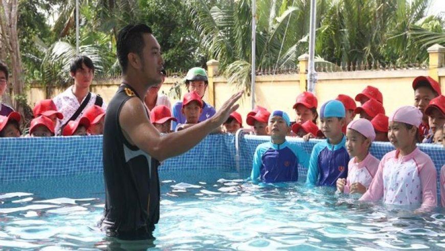 Tặng hồ bơi đầu tiên cho hành trình chống đuối nước quốc gia.